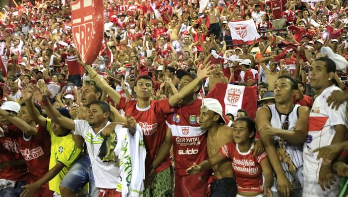 Torcida alvirrubra faz festa pela volta à Segundona (Foto: Ailton Cruz/ Gazeta de Alagoas)