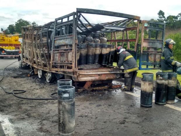 Caminhão corria o risco de explodir. (Foto: Wanderson Borges / TV Vanguarda)