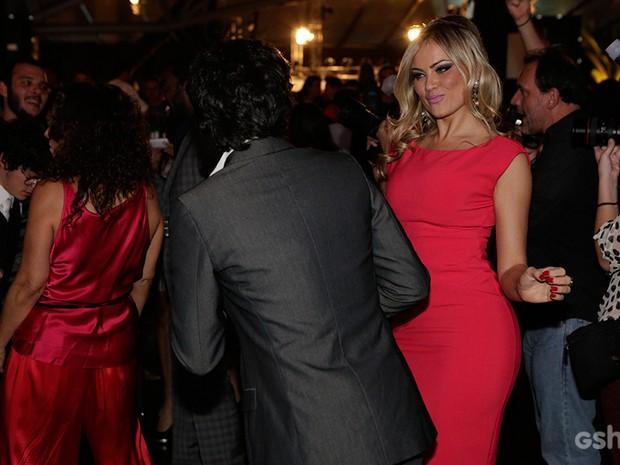 A loira se jogou na pista de dança da festa (Foto: Fábio Rocha/TV Globo)