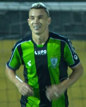 Marcelo Toscano foi o autor do primeiro gol marcado pelo América-MG contra o Bragantino (Foto: Reprodução/Premiere)