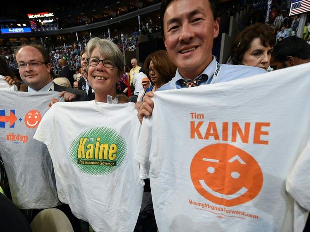 Apoiadores de Tim Kaine exibem camisetas com o nome do candidato à vice-presidência no terceiro dia da Convenção Nacional Democrata em Filadélfia, na quarta (27) (Foto: Timothy A. Clary/AFP)
