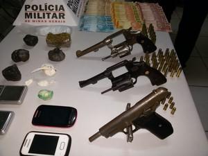 Armas apreendidas foram levadas à delegacia de Valadares. (Foto: Divulgação/6º BPM)