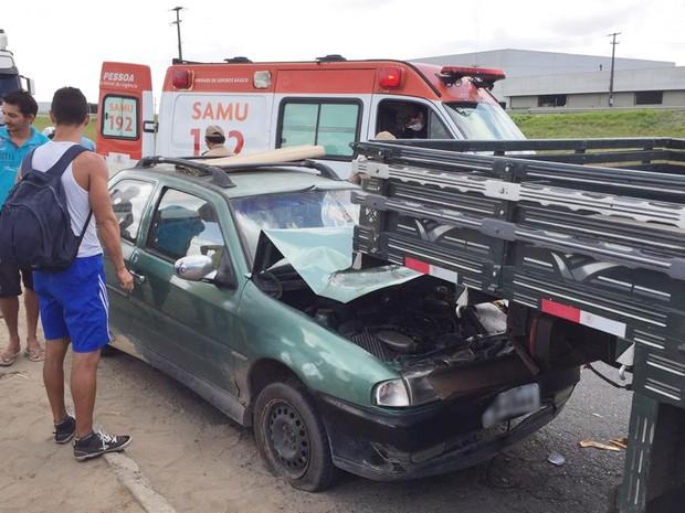 Carro bateu na traseira do caminh�o antes de bater na moto, segundo bombeiros. (Foto: Walter Paparazzo/G1)