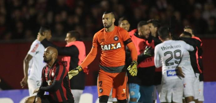 Weverton Thiago Heleno Atlético-PR Santos (Foto: Giuliano Gomes/Agência PR Press)