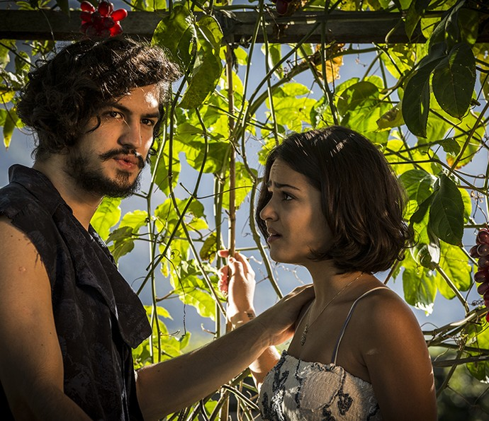Miguel aconselha Olívia depois de Lucas interromper conversa (Foto: Inácio Moraes/Gshow)