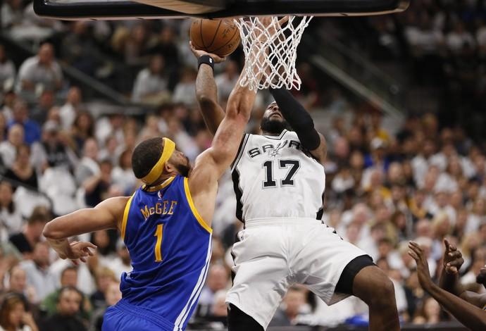 McGee dando toco no jogo entre Warriors e Spurs na NBA (Foto: Soobum Im-USA TODAY Sports)