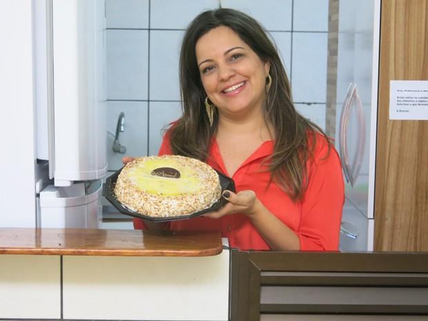 Vanessa e um dos bolos que vendia na feirinha (Foto: Mariane Rossi/G1)