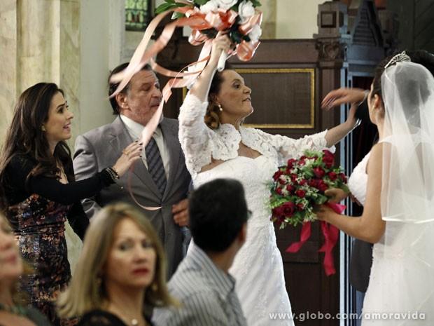 Márcia e Atílio transformam casamento coletivo em confusão (Foto: Amor à Vida/ TV Globo)