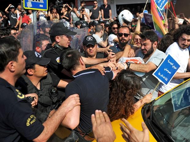Manifestantes e policiais entraram em confronto, neste domingo (28), durante a Parada Gay em Istambul, na Turquia (Foto: Ozan Kose/AFP)