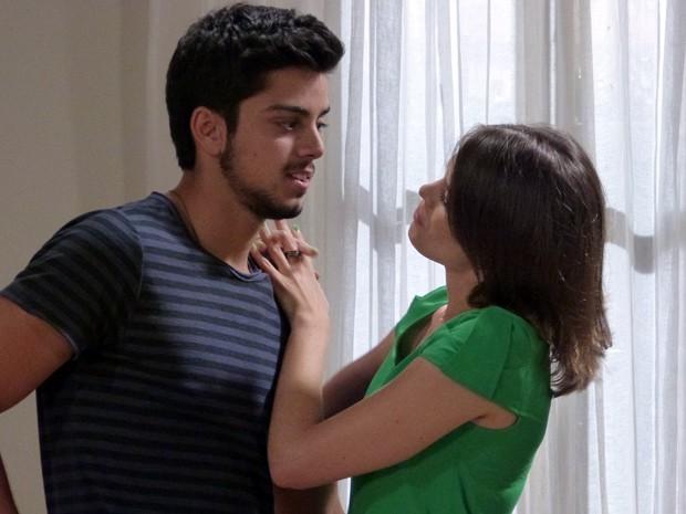 Ana faz proposta a Bruno e o morneo tenta sair pela tangente (Foto: Malhação  / TV Globo)