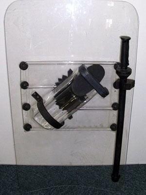 Modelo do escudo com cassetete (Foto: Polícia Militar / Reprodução)