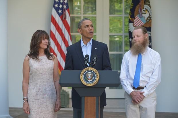 Presidente dos EUA Barack Obama discursa no Jardim da Casa Branca nesse sabado (31), junto a Jani e Bob Bergdahl, pais do sargento Bowe Bergdahl que foi libertado no Afeganistão após passar quase 5 anos como prisioneiro (Foto: Mandel Ngan/AFP)