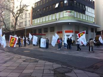 Pequena manifestação na Esquina Democrática no centro (Foto: Vinicius Rebello/G1)
