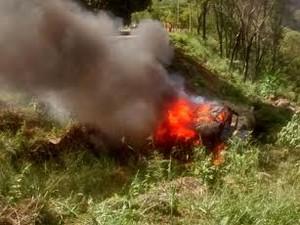 Motorista pula de caminhão, veículo  cai em ribanceira e pega fogo no Espírito Santo (Foto: Beatriz Caliman/ A Gazeta)