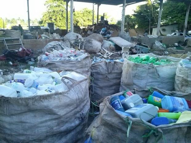 Todo o material é separado e colocado em grandes sacos para serem entregues ao comprador. (Foto: Rivângela Gomes/G1)
