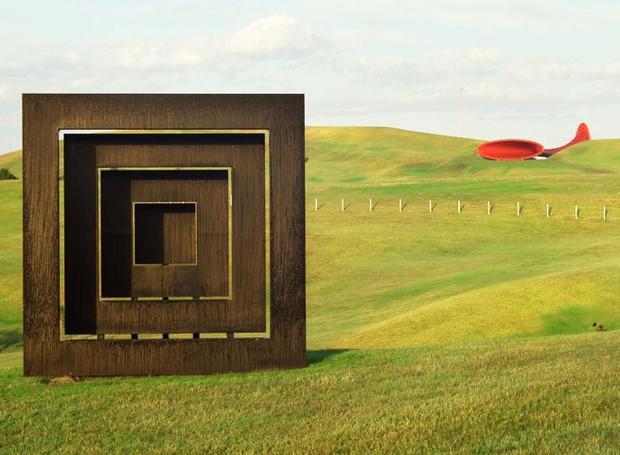 richard-thompson-red-square-black-square-parque-escultura-nova-zelandia.jpg (Foto: Reprodução Gibbs Farm/Divulgação)