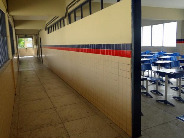 Na Escola Governador Barbosa Lima, nas Graças, professores aderiram à greve. Por isso, corredores e salas de aula ficaram vazios (Foto: Marina Barbosa / G1)