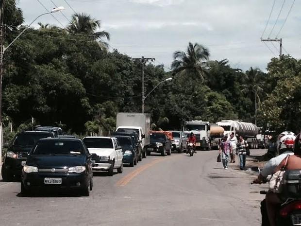 Uma longa dila de veículos se formou rapidamente com a interdição. (Foto: Roberta Cólen/G1)