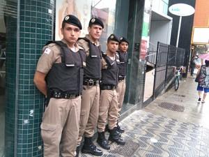 Policiais militares fazem segurança no comércio em Nova Serrana (Foto: PM/Divulgação)