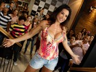 É o poder! Scheila Carvalho usa blusa decotada em evento em São Paulo