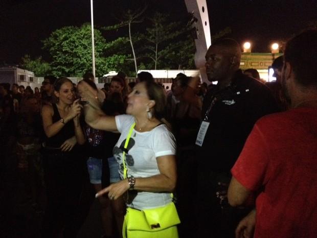 Susana Vieira com seguranças (Foto: EGO / Aline Polilo)
