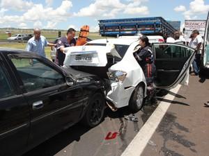 Carro onde estava noiva ficou prensado entre dois carros após engavetamento em São Carlos (Foto: Maurício Duch/Arquivo Pessoal)