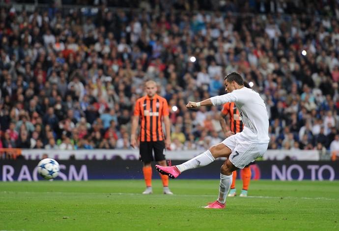 Cristiano Ronaldo cobra pênalti diante do Shakhtar (Foto: Denis Doyle/Getty Images)
