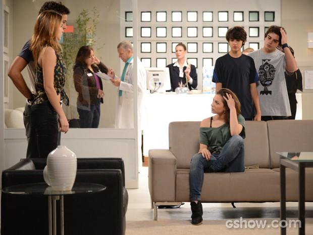 A galera chega e a menina não entende nada (Foto: Raphael Dias / TV Globo)