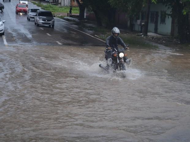 Motoqueiros se arriscaram na Rua Santos Dumont, outro ponto de alagamento (Foto: Abinoan Santiago/G1)
