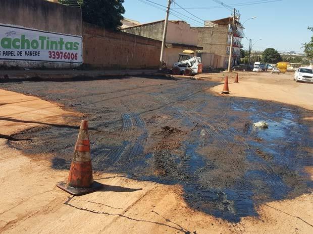 Operação tapa-buraco é realizada pela Novacap na rua 10 de Vicente Pires (Foto: Luciana Amaral/G1)