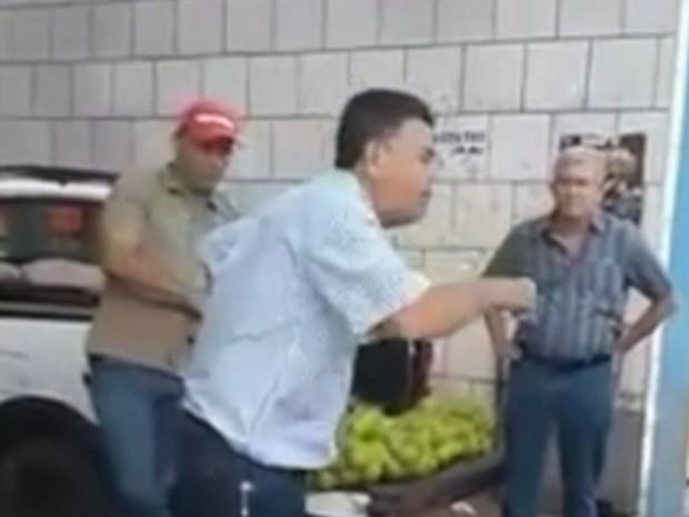 Prefeito Luiz Juvêncio disse aos fiscais que fossem 'pegar galinha', em Guapó (Foto: Reprodução/TV Anhanguera)
