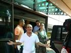 Renato Aragão deixa hospital no Rio: 'Coração novo, vida nova. Estou feliz'