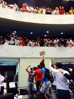Placa diz 'Beto caloteiro' (Foto: Sabrina Coelho / G1)