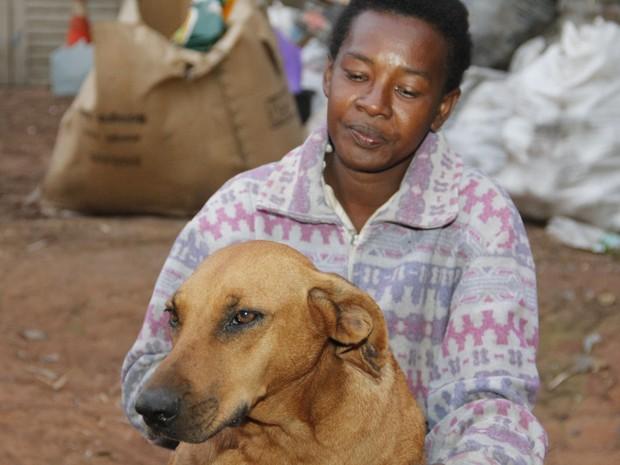 Lilica com dona Neile, que cuida da cadela desde que era filhote (Foto: Fabio Rodrigues/G1)