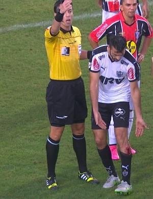 Dátolo mostra ao árbitro o corte que levou na perna esquerda (Foto: Reprodução / TV Globo Minas)