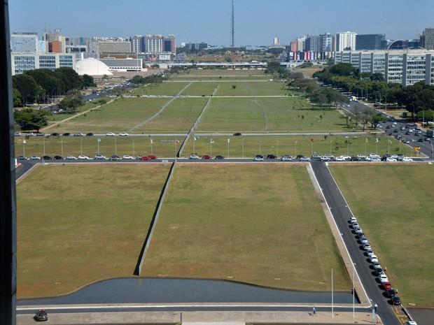 Foto tirada do alto do Congresso Nacional, em Brasília, mostra um enorme alambrado colocado no meio do gramado da Esplanada dos Ministérios para dividir os manifestantes contra e pró impeachment durante a votação prevista para domingo (17) (Foto: José Cruz/Agência Brasil)