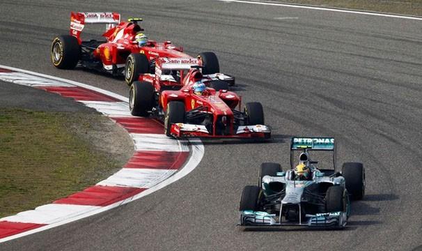 Pilotos disputam a pole position no treino de sábado (Foto: Reuters/Reprodução: Globoesporte.com)