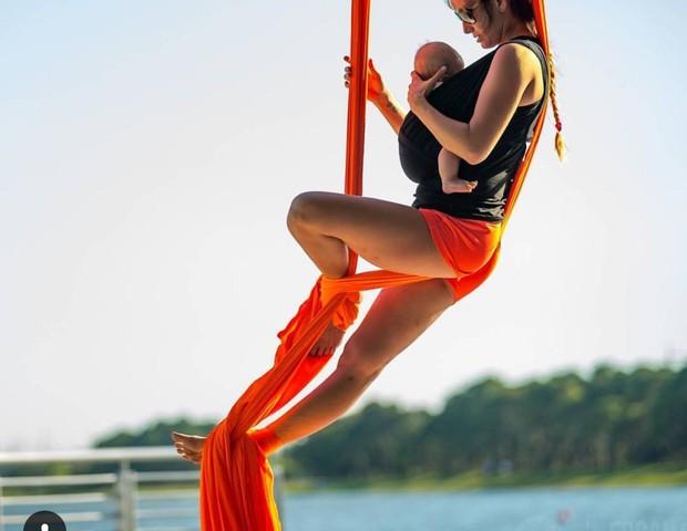 Mãe faz ioga aéreo (Foto: Reprodução Instagram)
