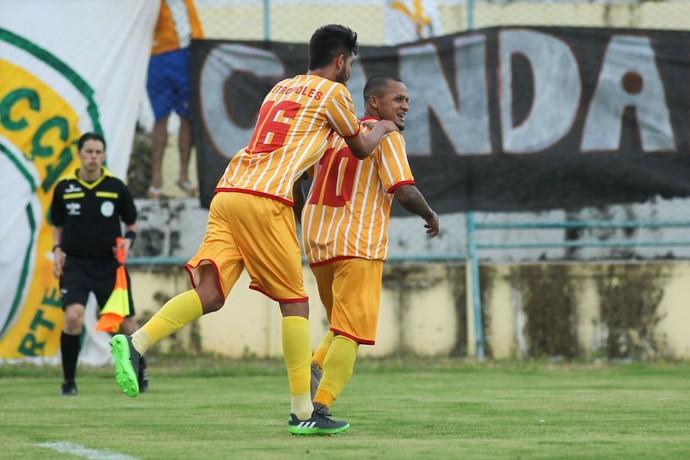 Souza recebe os cumprimentos após marcar seu primeiro gol pelo Jacaré (Foto: Tiago Vieira / Metrópoles)