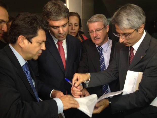 Bancada do Rio de Janeiro com ação contra sessão do Congresso que decidiu derrubar veto à Lei dos Royalties (Foto: Nathalia Passarinho/ G1)