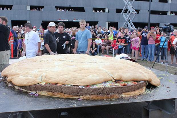 No dia 2 de setembro, chefs prepararam um hambúrguer gigante em Carlton, no estado de Minnesota (EUA). O hambúrguer tinha três metros de diâmetro e pesava 914 quilos. (Foto: AP)