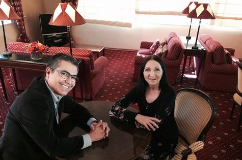 Hélter Duarte entrevistou Jane Hawking, primeira mulher do físico Stephen Hawking (Foto: Divulgação)