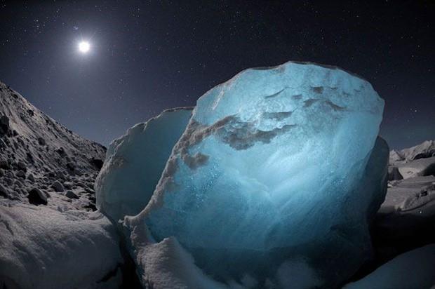 """Esta imagem, feita por James Balog na Islândia, em 2009, mostra o """"diamante de gelo"""" que chegou até a costa de uma lagoa de água salgada em Jökulsárlón (Foto: Causa e Efeito/James Balog)"""