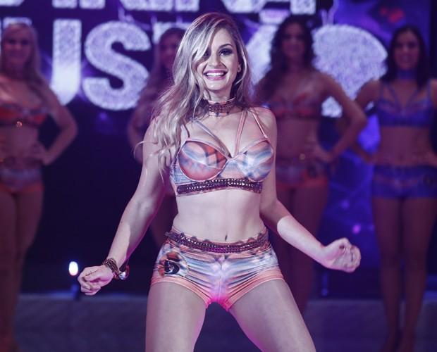 Patrícia Angeli empolga o público com sua dança (Foto: Inácio Moraes / Gshow)