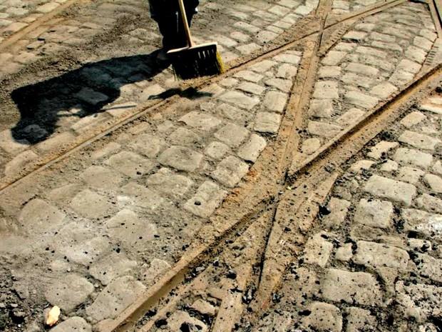 Trilhos foram encontrados durante obras de revitalização no Centro (Foto: Alex Pazuello/Semcom)