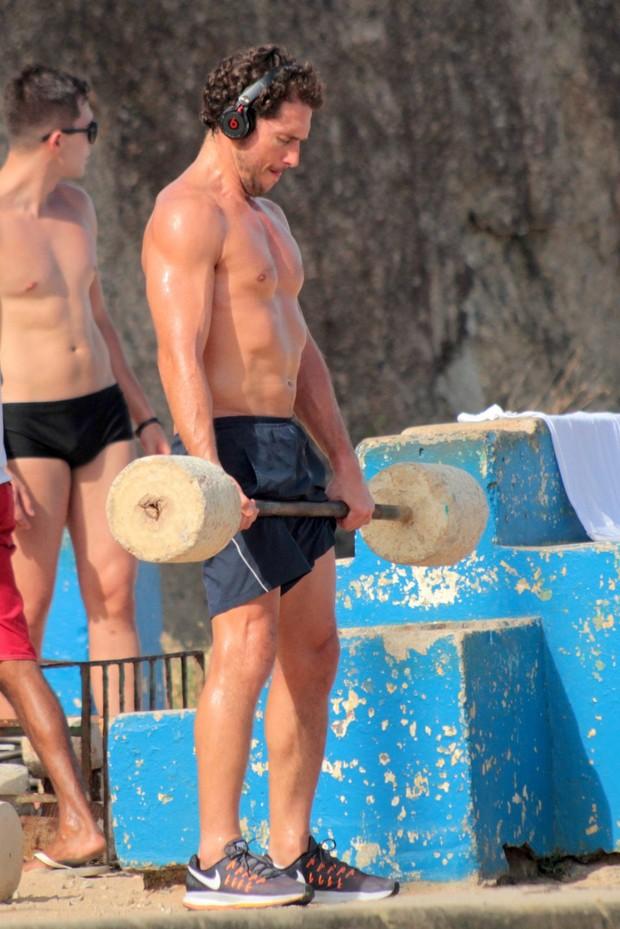 Flavio Canto exibe abdomem trincado em Ipanema  (Foto: agnews)