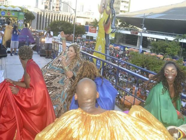 Daniela Mercury dança em cima do trio (Foto: Diogo Macedo/Ag Haack)