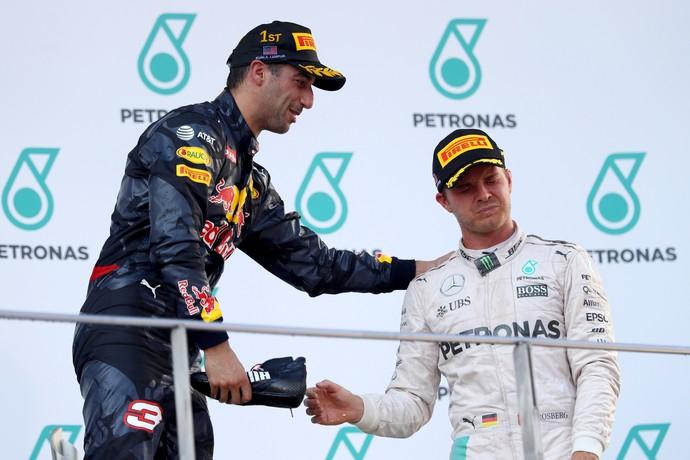 Daniel Ricciardo faz Nico Rosberg fazer o shoey no pódio do GP da Malásia (Foto: Getty Images)