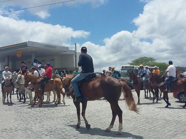 Grupo realiza protesto contra a proibição da vaquejada em Caruaru (Foto: Divulgação/PRF)