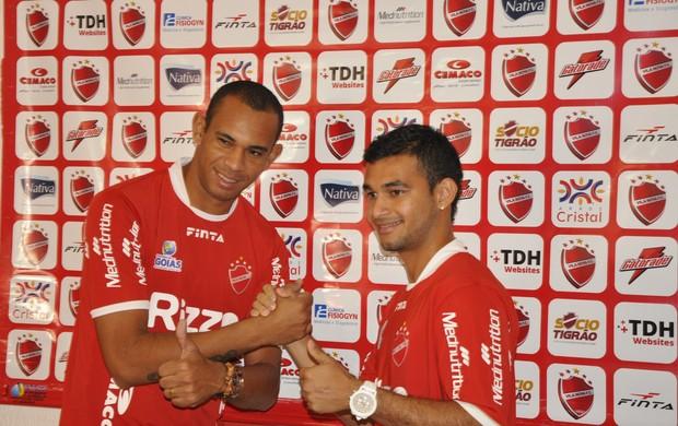 Robston e Felipe Brisola, reforços do Vila Nova (Foto: Guilherme Gonçalves/Globoesporte.com)